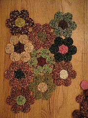 How to make a yoyo quilt.